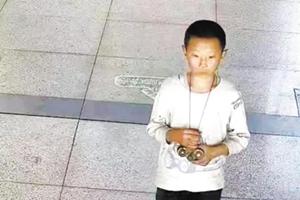 庆阳12岁男孩走失11天父亲背贴寻人启事满街寻找 申家琪,快回家去吧!