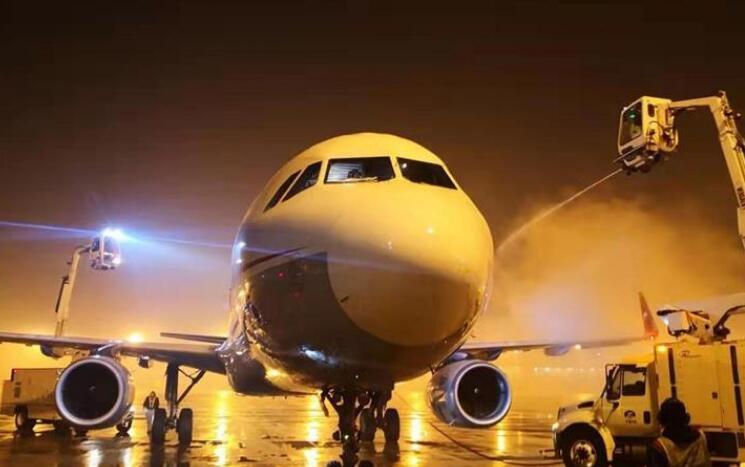 天津机场连夜除雪保出行