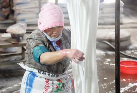 陇南西和卢水村:加工传统粉条 开拓致富新路