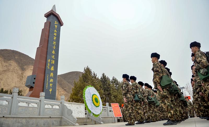 甘肃武警:踏着红军足迹感悟信仰的力量(组图)