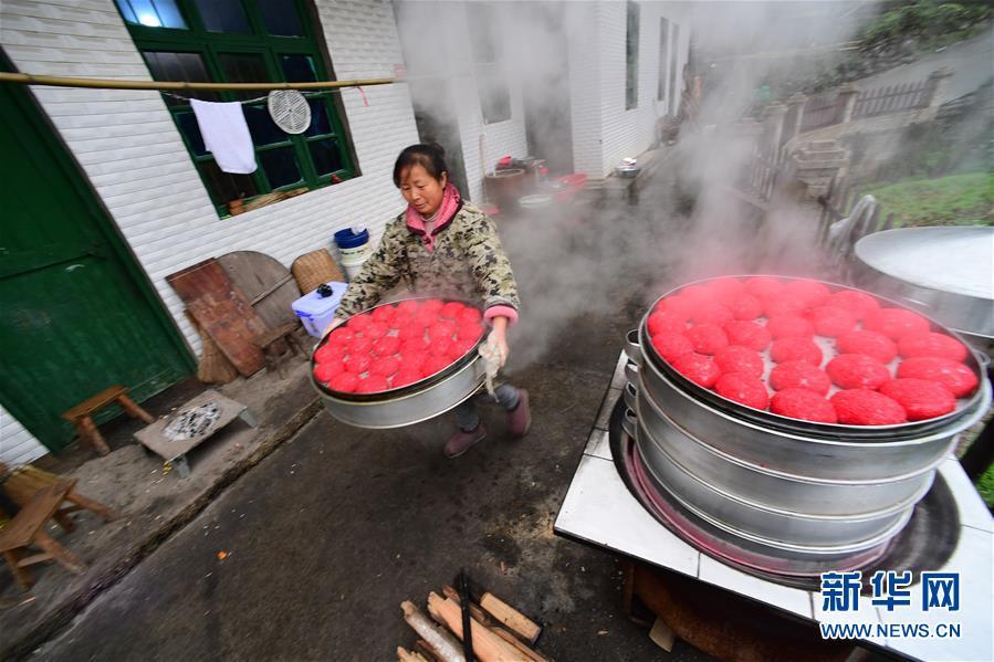 (社会)(3)贵州玉屏:蒸红粑  迎新年
