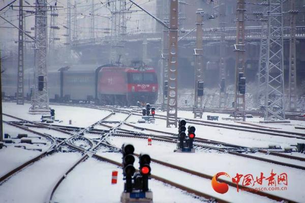 春运首日遇雨雪天气 中国铁路兰州局集团公司加开动车满足旅客出行(组图)