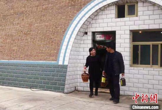 吴广平同妻子共同将黄酒发展成致富的产业。(资料图) 高展 摄