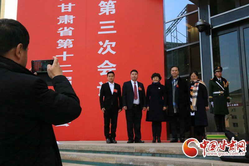 【聚焦2020甘肃两会】政协委员信心满满走出会场(组图)