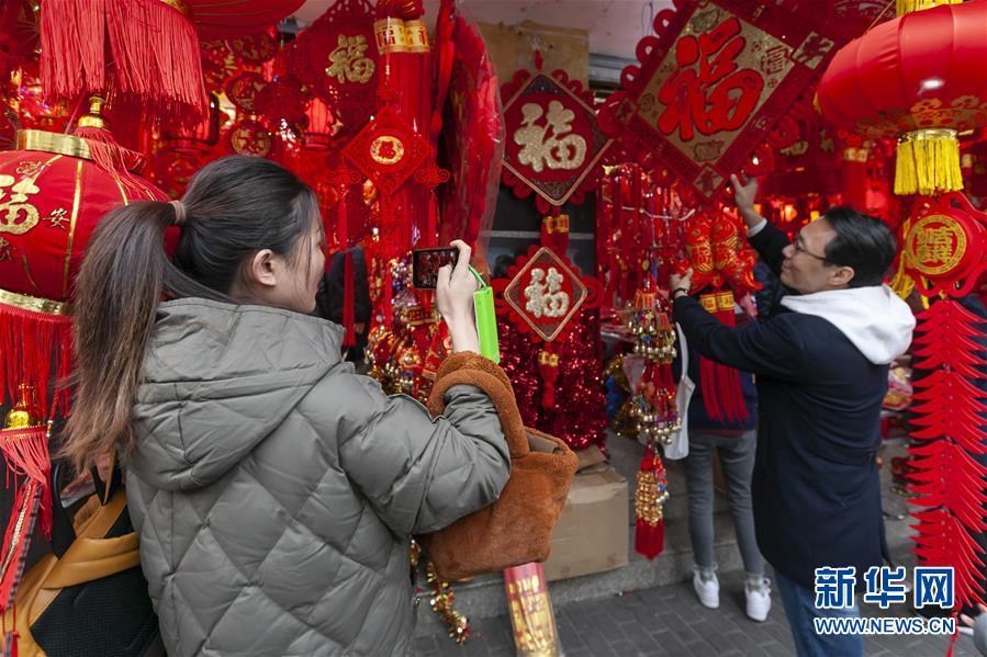 (社会)上海:选饰品  迎佳节