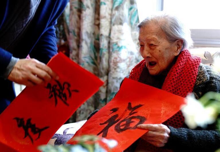 上海梅陇镇:新春祝福百岁老人