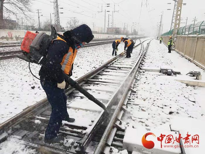 【新春走基层】兰铁集团战风雪保畅通  助旅客平安出行