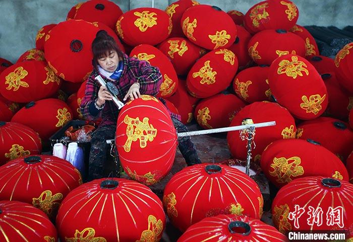 """【新春走基层】探访四川金堂灯笼厂:让""""中国红""""点亮世界"""