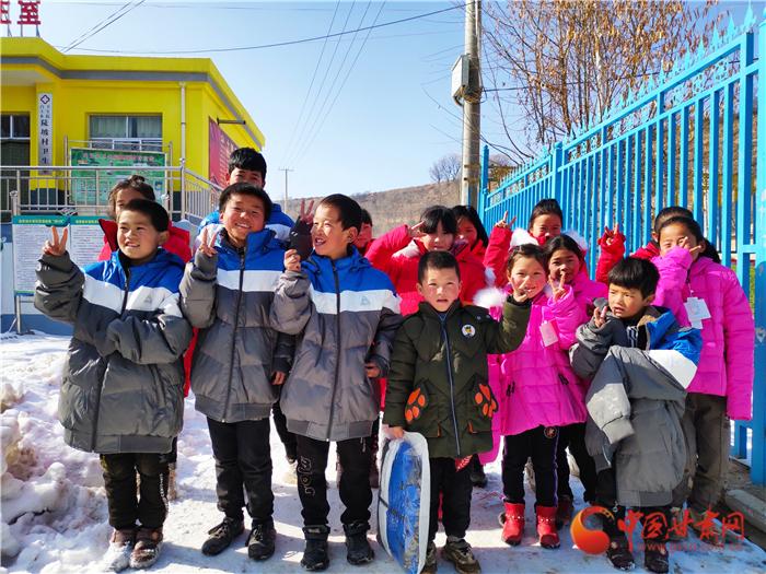 """【新春走基层】""""新年新衣""""临夏行 70件棉衣已送给康乐陡坡村的孩子们"""