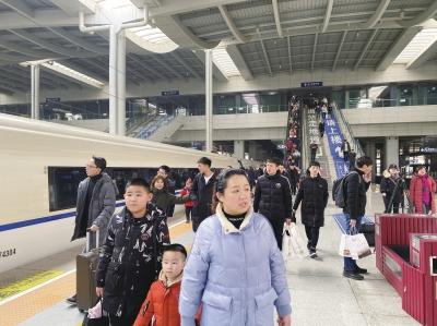 春运10天兰铁各部门发送旅客232.8万人