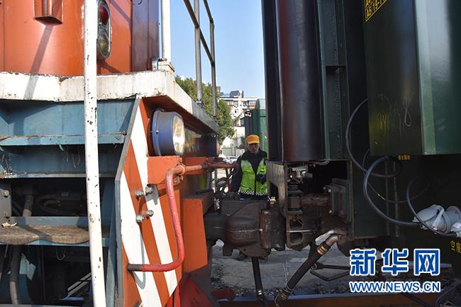 """(新春走基层)春运列车""""穿针引线""""人"""
