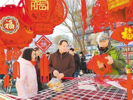 群众在张掖山丹县年货市场购买年货