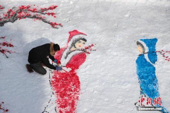 1月17日,河南洛阳伏牛山滑雪场,绘画爱好者在雪地上绘制《踏雪寻梅》。据绘画者介绍,这种颜料加水溶解晕染在雪地上,形成了中国风特有的国画艺术效果,颜料都是水溶性无污染的,对环境不会造成危害。中新社记者 王