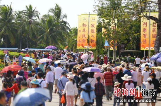 游客在三亚南山文化旅游区游览。陈文武摄