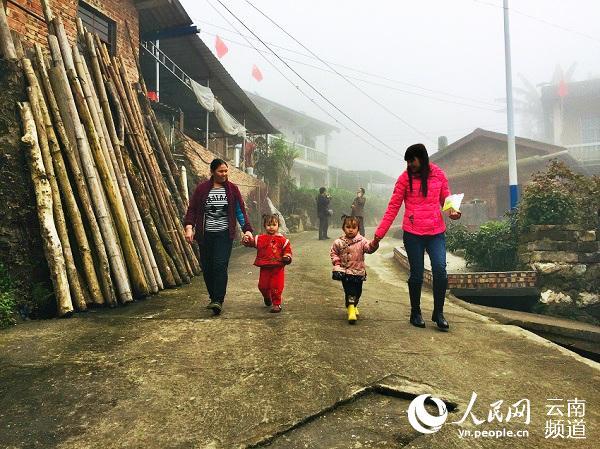 """【新春走基层】雾中探寻""""老山第一村"""":富了口袋 富了脑袋"""