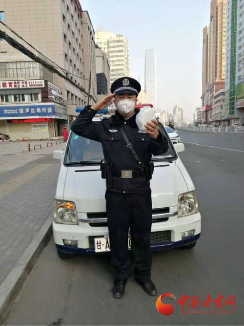 兰州:防控疫情民警坚守 热心市民送上口罩表达敬意