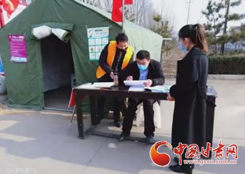"""【甘肃全民战""""疫""""】崇信:他们用责任和担当为防疫""""长城""""添砖加瓦(图)"""