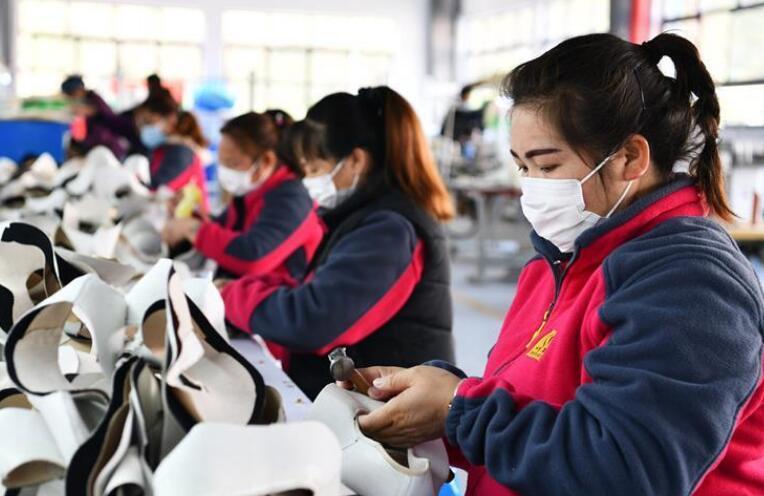 """一天一调度 点对点帮扶——贵州黔西南易地扶贫搬迁""""新市民""""返岗就业见闻"""