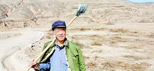 定西陇西七旬老农:大地为纸铁锹为笔为中国加油
