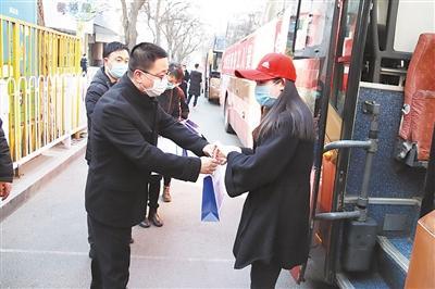 兰州市包车免费接72名务工人员返兰复工(图)