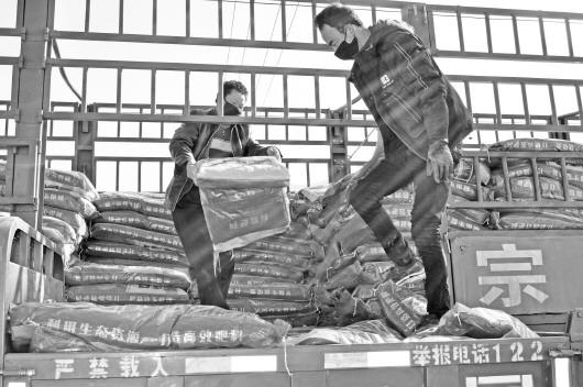 定西岷县申都乡春耕化肥送到农户家门口