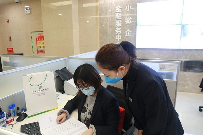 邮储银行甘肃省分行信贷工作人员加班加点审核客户资料