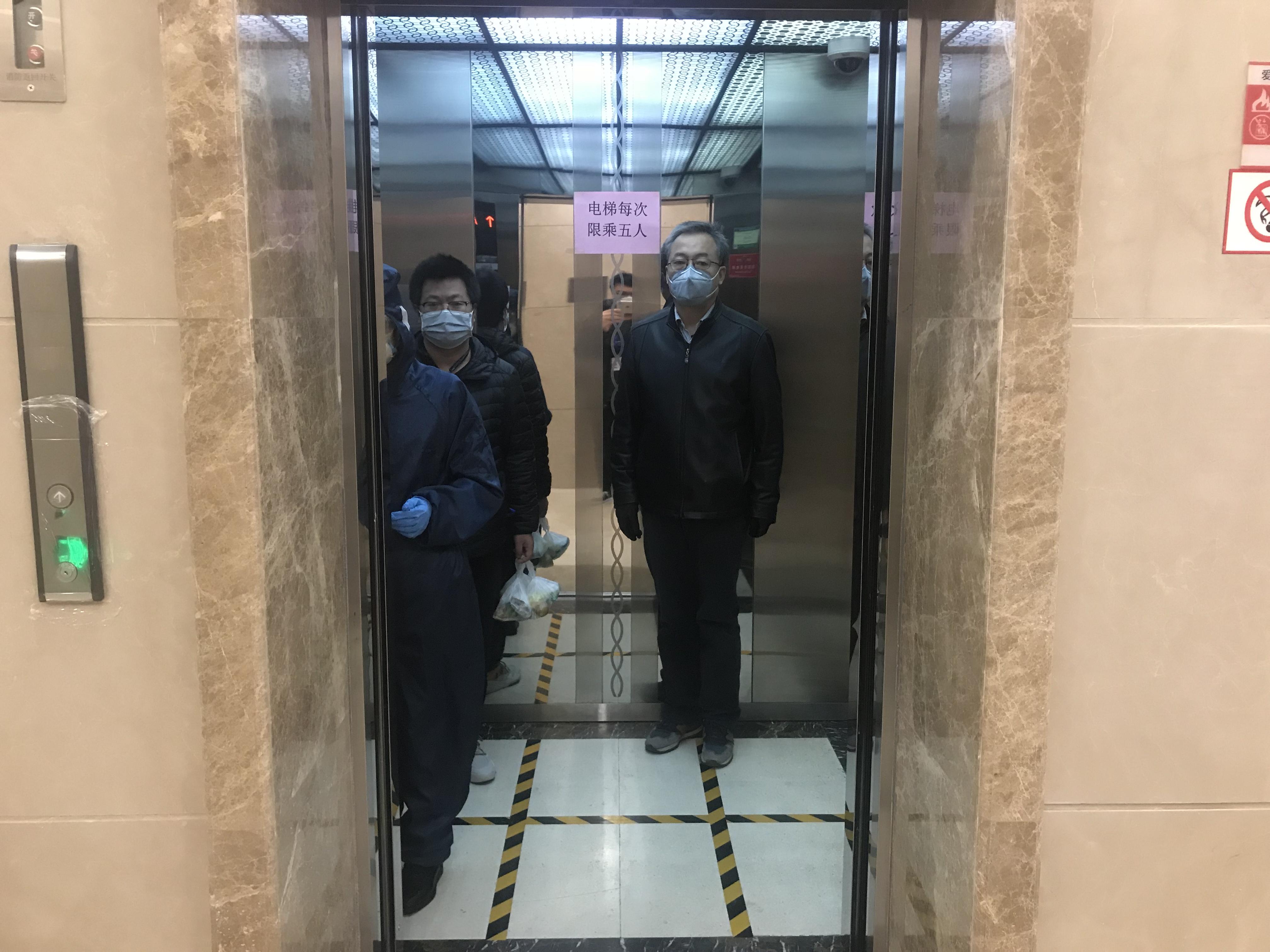 邮储银行甘肃省分行为防止交叉感染电梯每次限乘5人