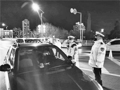 兰州城关交警大队组织警力开展疫情防控期间夜查行动