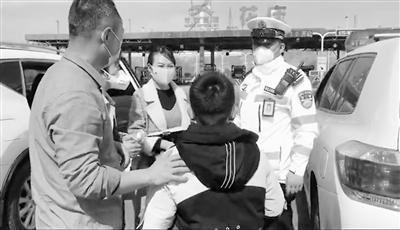 小孩独自行走高速 兰州交警送其回家(图)