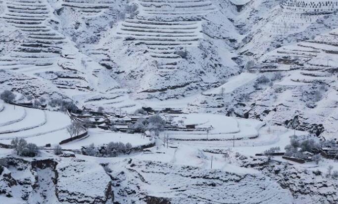 甘肃:春雪落高原