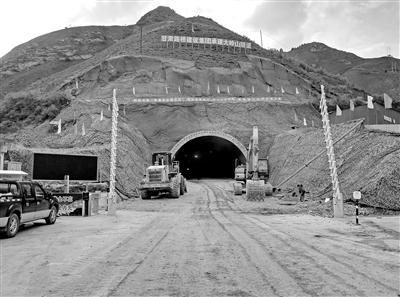 康卓公路大岭山隧道顺利贯通