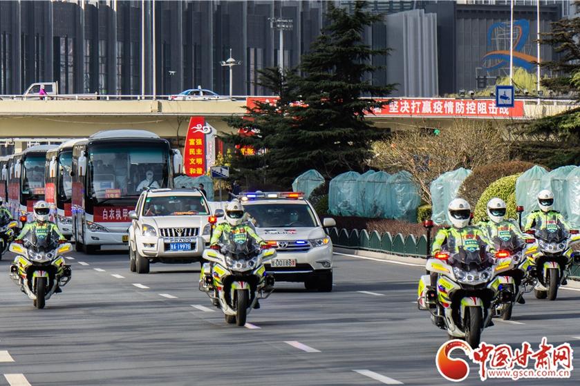 甘肃省第六批支援湖北医疗队凯旋归来 兰州公安交警最高礼遇护航(图)