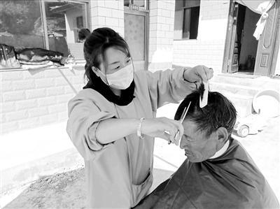 """兰州七里河区阿干镇深沟掌村办起""""爱心发屋"""" 村民享受免费服务"""