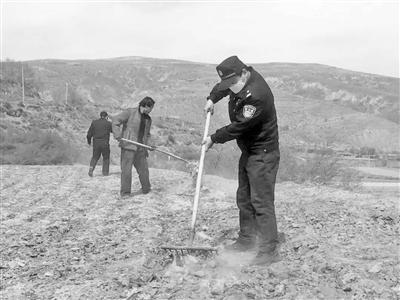 兰州市公安局驻村工作队协助榆中县龙泉乡群众春耕备耕