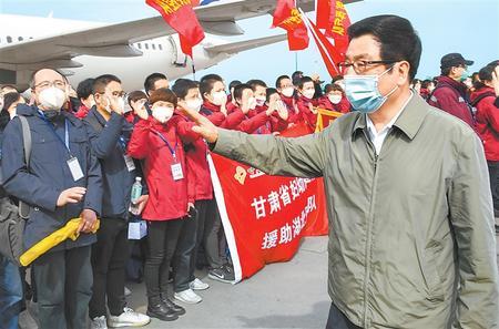 甘肃省第四批援助湖北医疗队凯旋 林铎到机场迎接