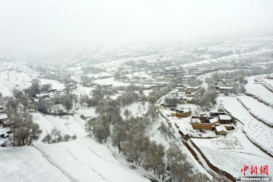 甘肃定西黄土高原现雪凇奇观