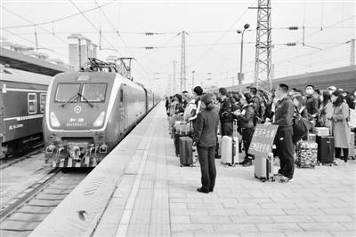 兰州武威两地1017名学生乘坐专列前往新疆返校复学
