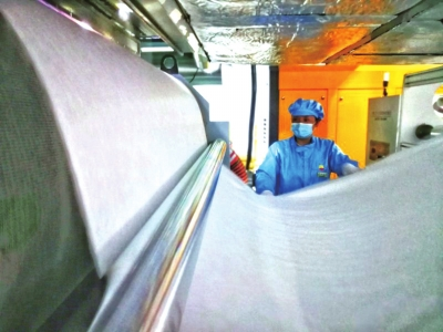 甘肃首条熔喷布生产线产品在兰州石化顺利下线