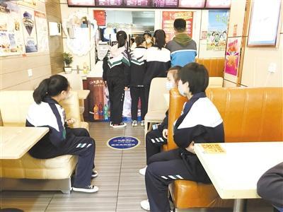 """小饭桌""""停摆"""" 部分学生就餐午休成难题"""