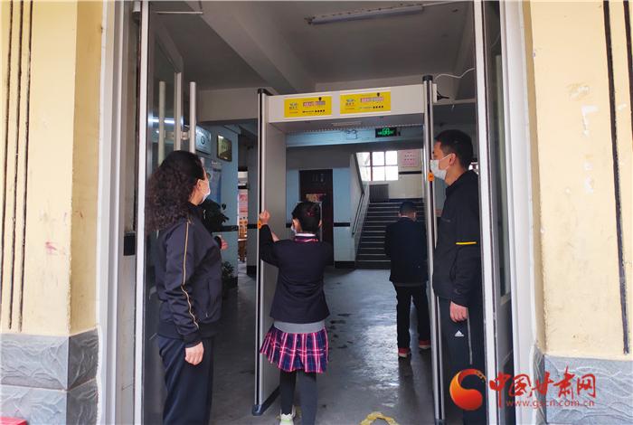 爱心企业捐赠助力 兰州七里河区秀川小学做好开学准备