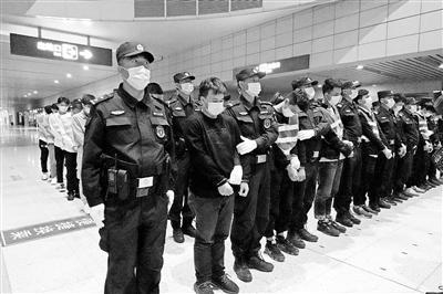 白银公安转战东莞捣毁一个犯罪团伙 贩卖公民信息61名嫌疑人昨日被押解回兰