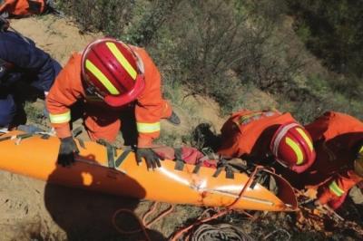 庆阳:地质工作人员坠落深洞消防员成功救援