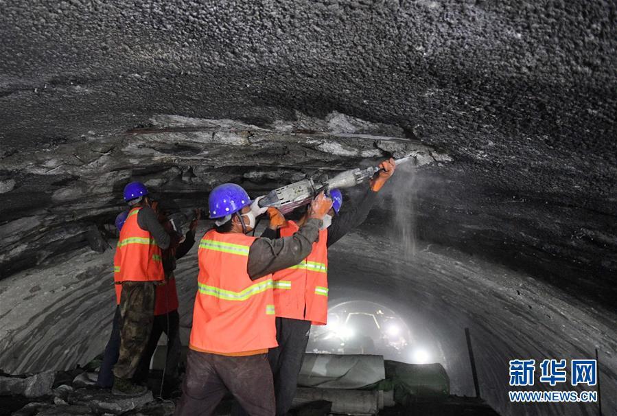 (经济)(1)云南昆楚高速公路勤丰特长隧道加紧施工