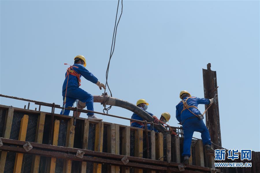 (聚焦复工复产)(4)湖北赤壁长江大桥主塔封顶