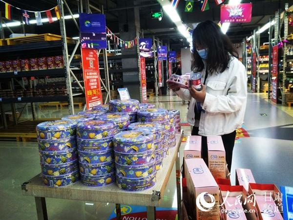 4月29日,兰州新区进口商品批发中心内一名顾客正在选购产品。(高翔 摄)
