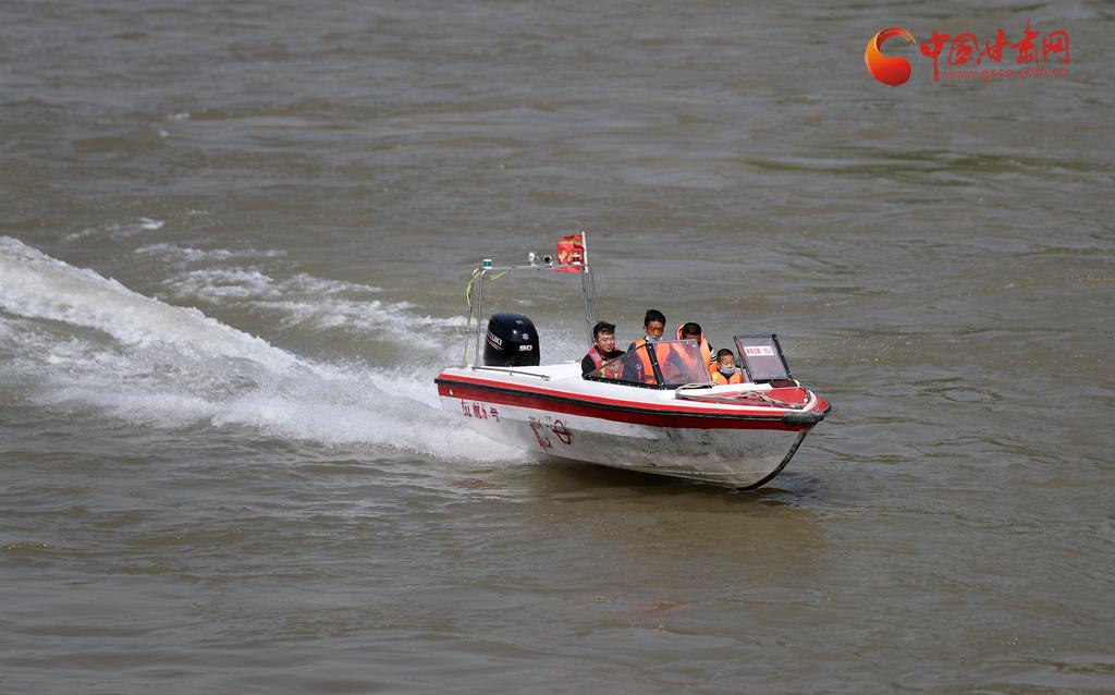 兰州开启缤纷小长假 乘快艇游黄河备受游客欢迎