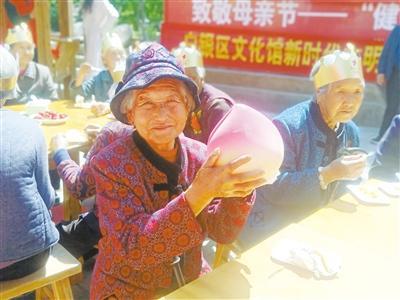 """母亲节,白银""""花村""""摆了一场""""敬老宴"""""""