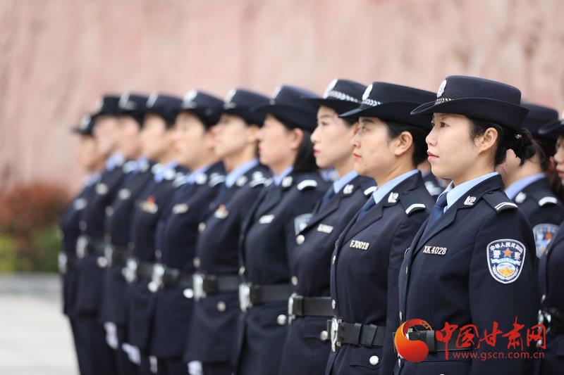康县:练兵场上女警展风彩