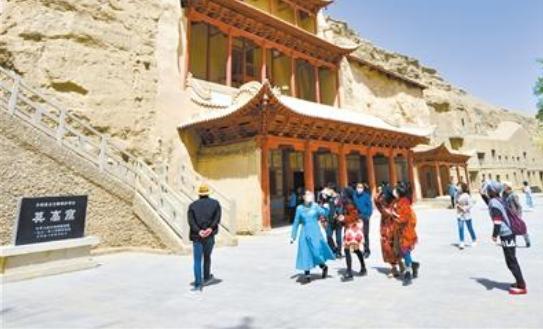 敦煌莫高窟恢复开放首日游客有序参观
