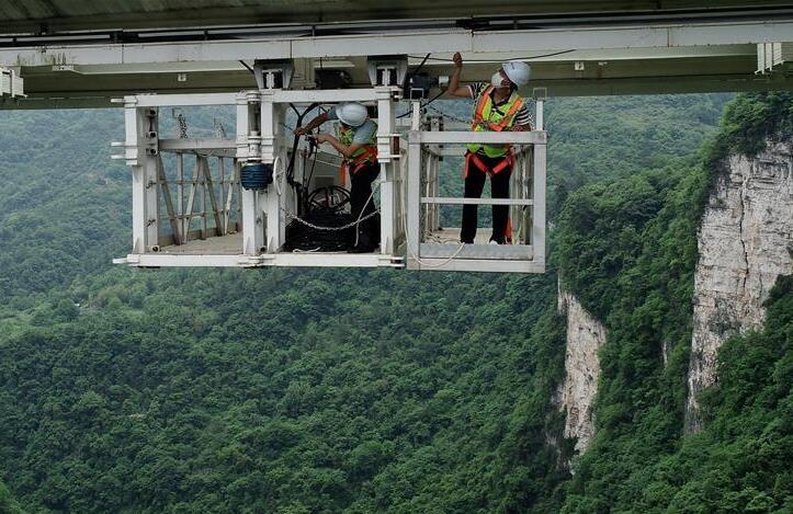 湖南张家界:峡谷玻璃桥 巡检保安全